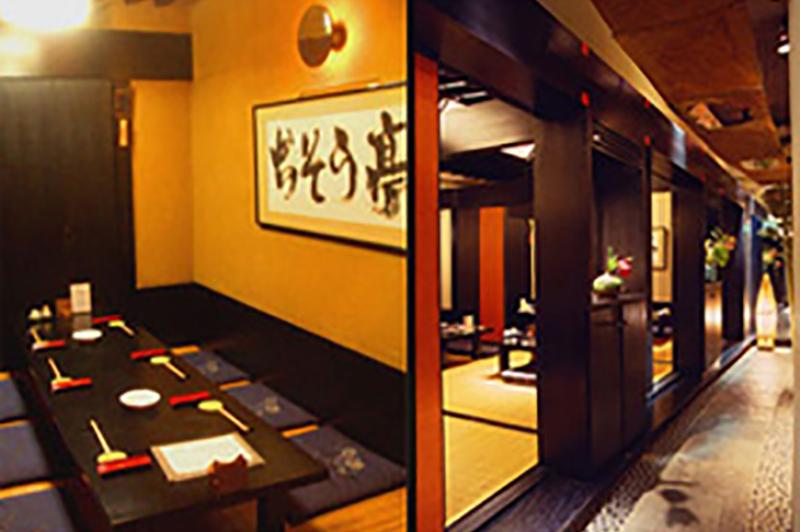 座敷の個室と、そこへ続く通路。まるで京都の料亭にでも来たような雰囲気を楽しめることができます。